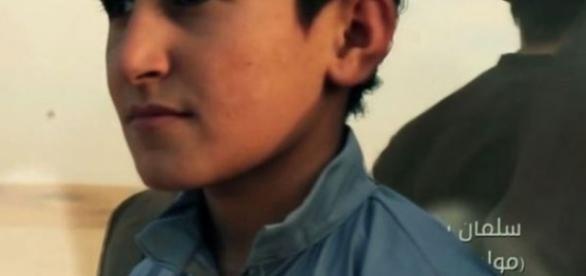 Menino é treinado para matar prisioneiros na Síria