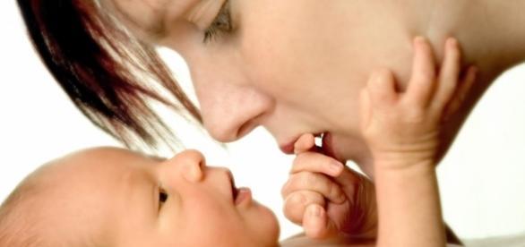 Mãe dando total atenção para seu filho
