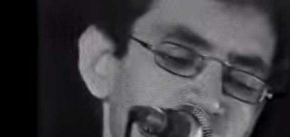 Renato Russo tocando ao vivo Eduardo e Mônica