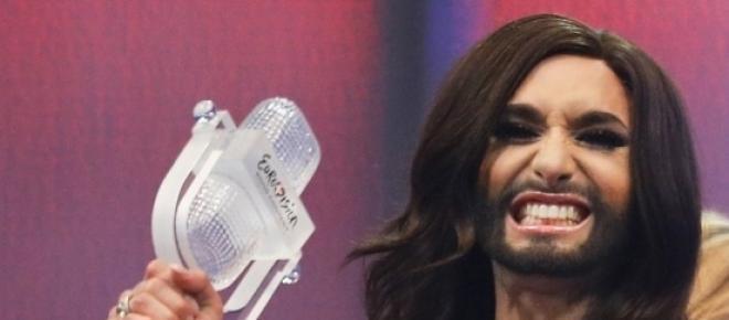 Conchita Wurst recibiendo el premio de Eurovisión.