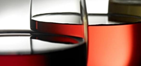 3 verres de vins : du rouge, du rosé et du blanc