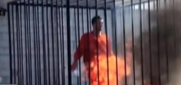 Cruel imagen del piloto jordano quemado vivo