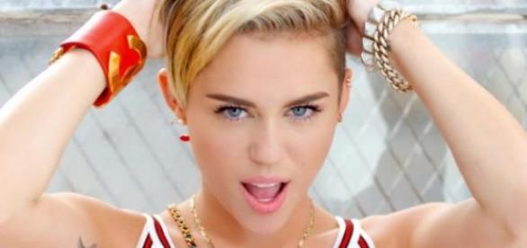 Miley fez o anúncio no instagram.