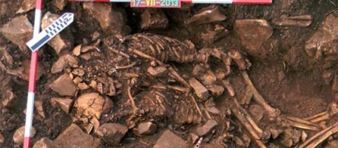 Un couple enlacé depuis 6000 ans (photo AFP)