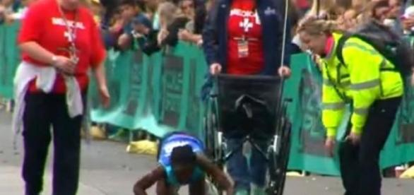 Atleta keniana entra a gatas en meta