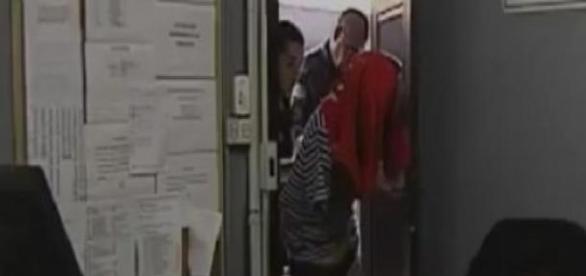Estuprador cobre o rosto na delegacia