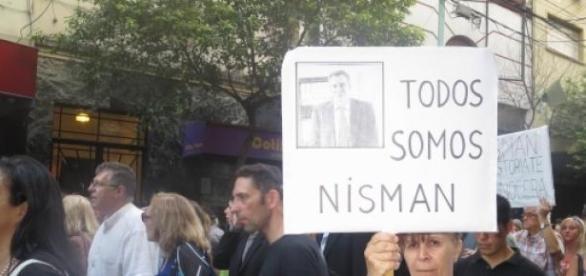 Pessoas protestam pela morte de Alberto Nisman.
