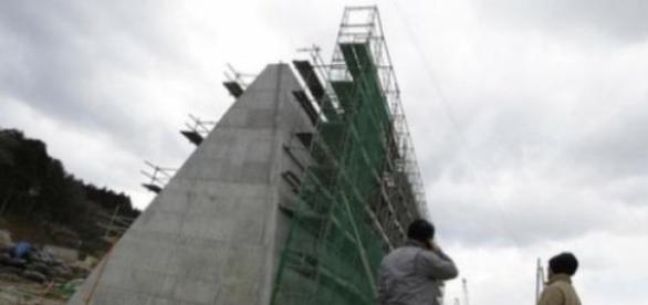 Placas dos muros sendo erguidas