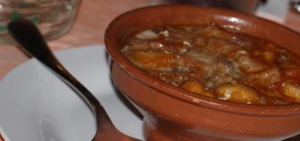 Sopa de ajo castellana, un buen plato de cuchara