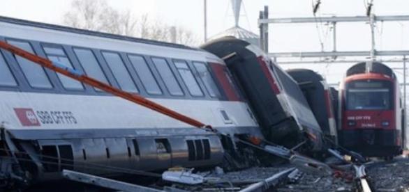 Colisão tomba vagões e trens ficam danificados.