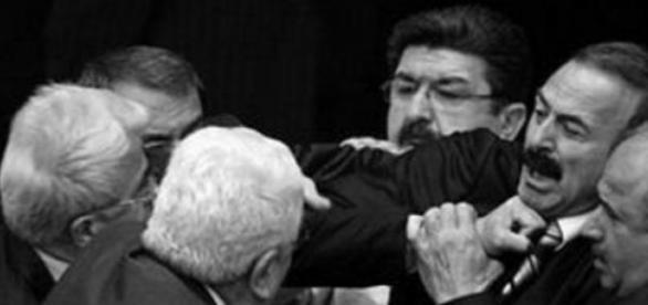 """Governo turco cria """"lei quase marcial"""""""