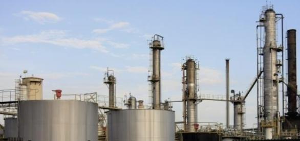 Funcionários de refinarias nos EUA entram em greve