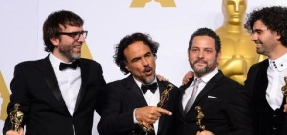 Alejandro Inarritu (2e à g) triomphe avec Birdman