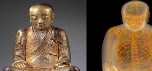 Statua Buddy wraz z niespodzianką