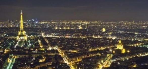 Drones têm sobrevoado Paris.