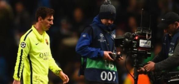 Messi, contrariado, retirándose del Etihad