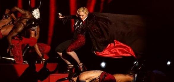A capa ficou presa e Madonna caiu das escadas.