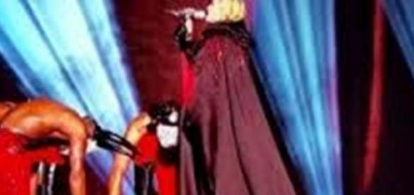 Ao pisar na capa Madonna caiu