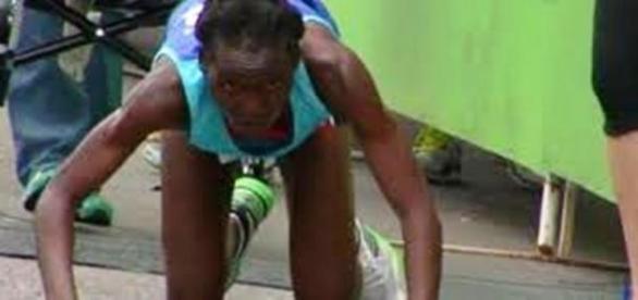 Atleta africana rastejou mas chegou ao final