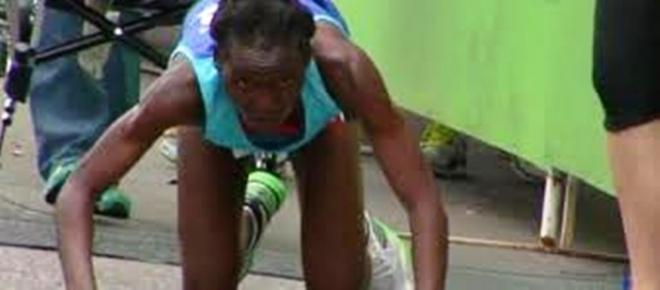 <p>Atleta queniana caiu a 400 metros antes da chegada final na Maratona de Austin, nos Estados Unidos. Hyvon Ngetich, de 29 anos, deu demonstração de garra e persistência, não desistiu, fazendo história.  </p>