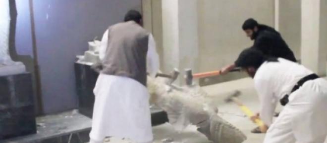 Em mais recente vídeo, combatentes do Estado Islâmico aparecem destruindo com marretas e furadeiras antiguidades de um museu situado em Mossul, no norte do Iraque.