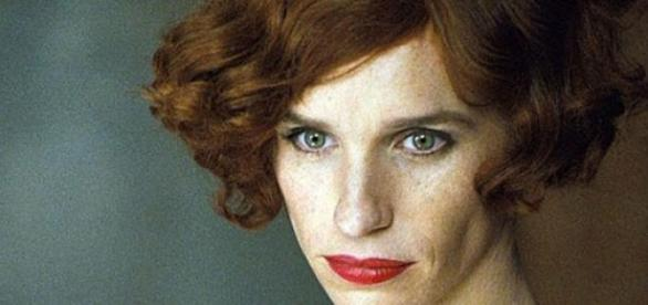 Eddie Redmayne como mulher transgénero.