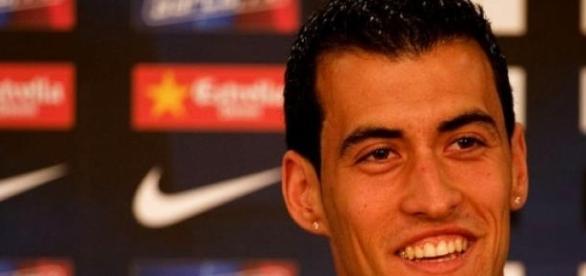 Sergio Busquets sonriente en rueda de prensa