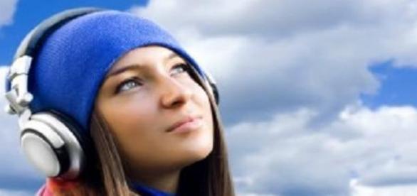 Tinerii risca probleme auditive din cauza castilor