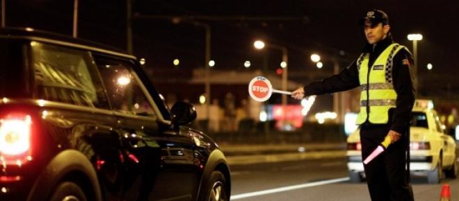 Imagem real da PSP a mandar parar as pessoas por causa do excesso de velocidade e excesso de álcool.