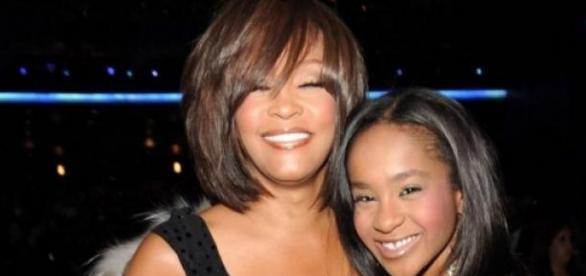 Whitney com a filha Bobbi Kristina.