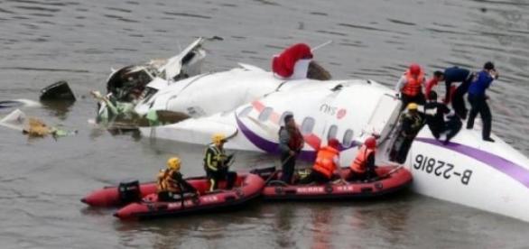 Avionul companiei asiatice prabusit in rau