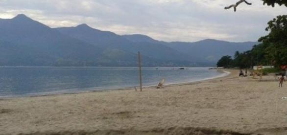 Bem cedo, praias são limpas para receber turistas