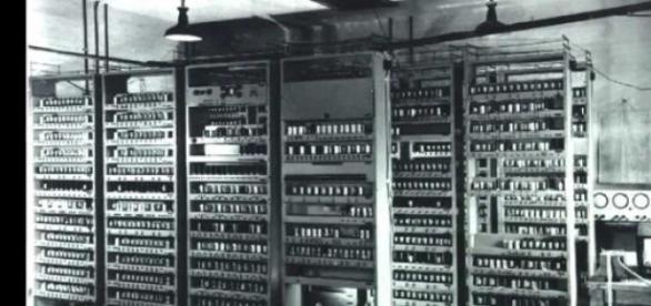 Computerul Edsac, construit la Cambridge in 1940