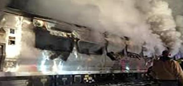 Le train, en flamme, après la collision.