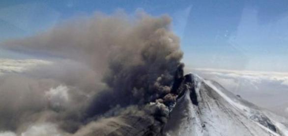Vulcão Pavlof (Alasca) em erupção