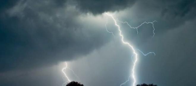 As fortes tempestades tem causado diversas mortes em todo o mundo. Devemos tomar as medidas que forem necessárias para se abrigar e nos proteger dos temíveis raios. Quando vier a tempestade lembre-se de sua proteção.