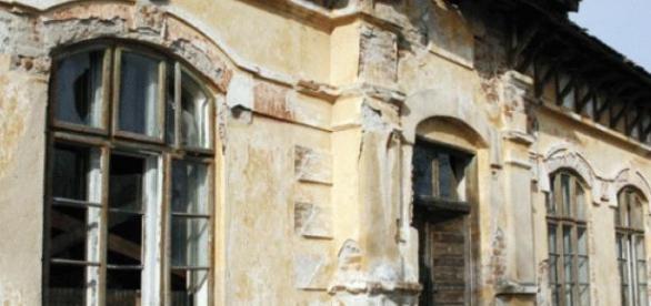 in romania exista multe scoli paraginite