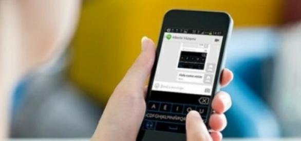 Celular com o aplicativo instalado
