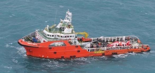 Un corps de l'avion d'air Asia a été retrouvé.