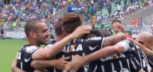 Reprodução: Corintianos comemoram o gol de Danilo