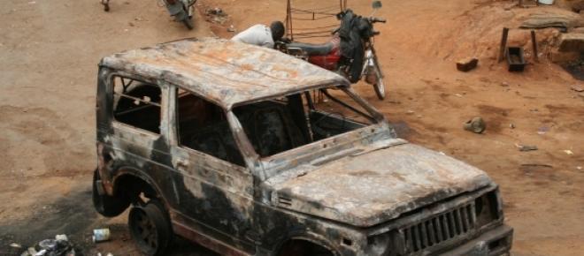 Ein ausgebranntes Auto in Zentralafrika nach einem Aufstand