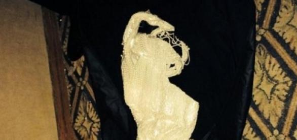 O vestido foi encontrado num saco do lixo.