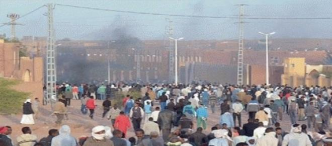 La population de In-Salah convergeant sur la place