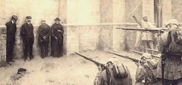 Un plotone d'esecuzione esegue una fucilazione