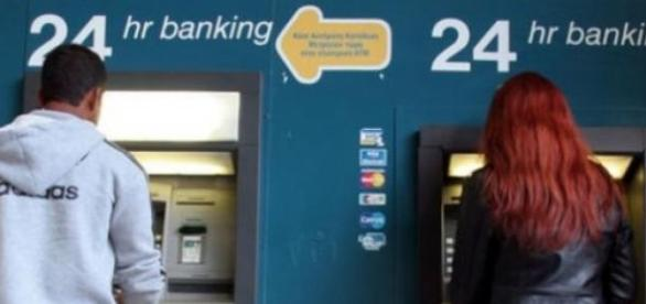 Utilizatori de card bancar retragand numerar