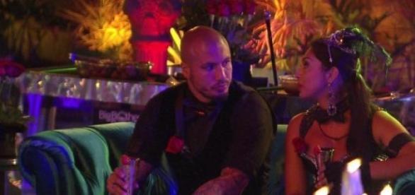 Amanda chama Fernando para intimidade