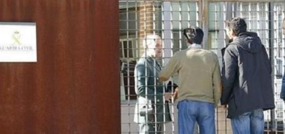 Familiares de la víctima hablando con un agente.