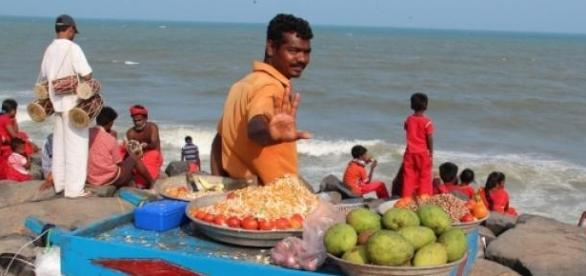 Indienii pe o plaja, stand