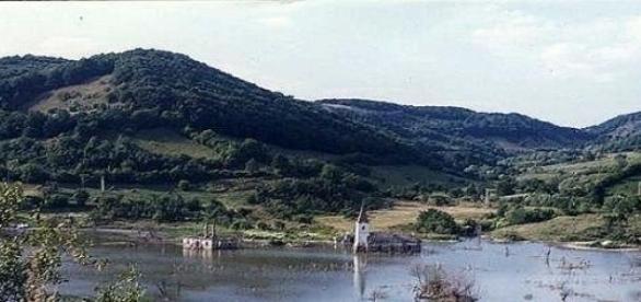Lacul a carui albie scalda vatra fostului sat