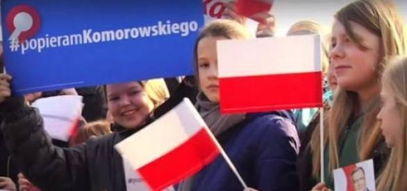 Na wiec Komorowskiego sprowadzili dzieci
